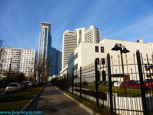 """Вид с улицы Гастелло на жилые дома и гостиницу """"Holidey In""""(справа)"""