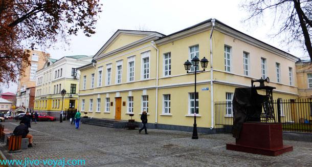 """Краеведческий музей и памятник швейной машине """"Зингер"""" в Подольске"""