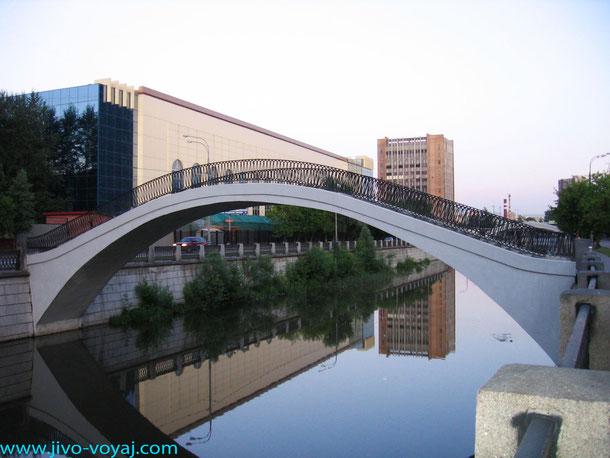 Пешеходный мостик через реку Яузу в Сокольниках