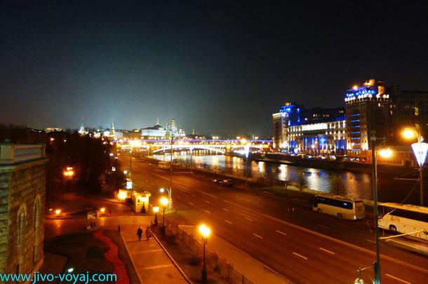 Вид с Патриаршего моста на театр Эстрады(справа), Пречистенскую набережную(слева),Большой Каменный мост и Кремль