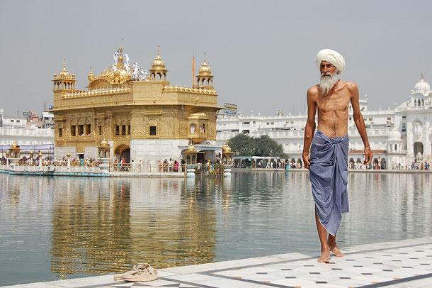 Le sikhisme, syncrétisme religieux entre l'hindouisme et l'islam n'accepte qu'un seul Dieu comme les musulmans et proscrit l'usage d'idoles. Comme dans l'hindouisme, il est basé sur la loi du karma et des réincarnations, mais tout en rejetant les castes.