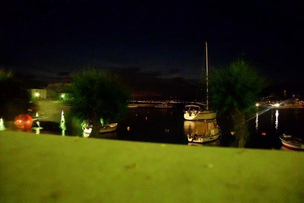 Nachts am Hafen in Postira.
