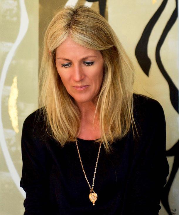 Pop Art Minimal Abstrakt Portrait Kunst - Daniela Schorno Künstlerin im Wohnbereich