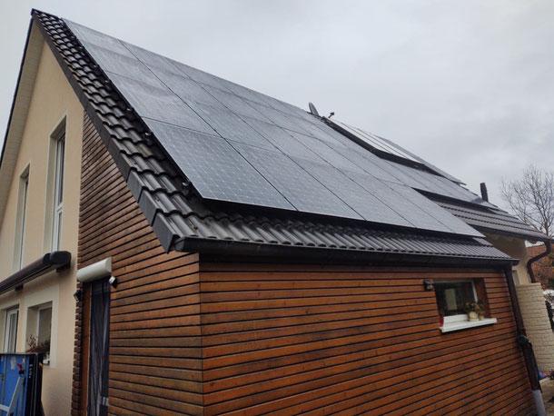 Installierte SunPower Solarmodule bei bewölktem Himmel © iKratos