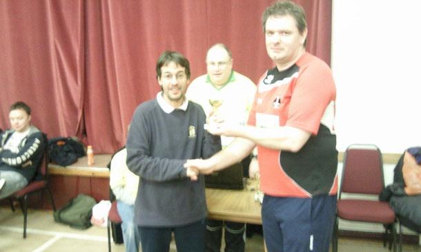 Julio recibiendo el trofeo de campeón
