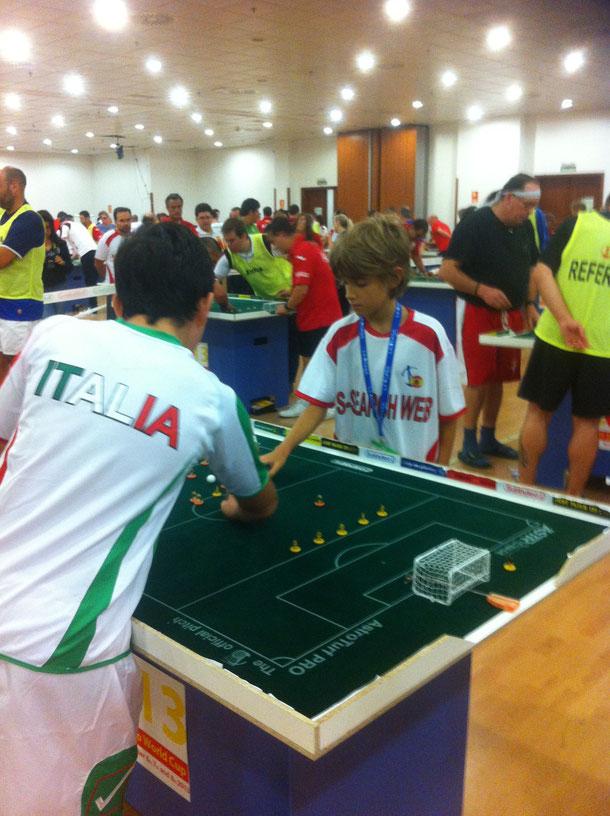 Nuestro Kristian contra un jugador italiano.