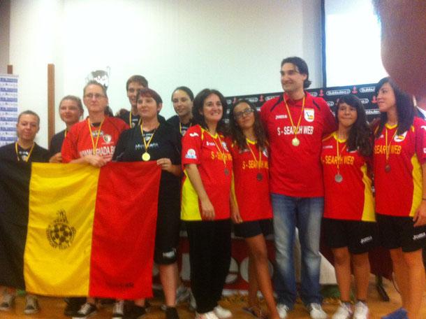 selección femenina, recibiendo el trofeo de subcampeonas, junto a las jugadoras belgas.