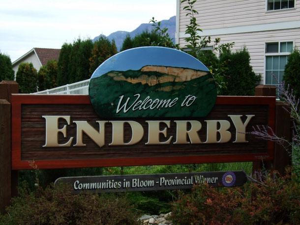 El cartel que da la bienvenida a Enderby, esperamos que el próximo año vuelva a dar la bienvenida a nuestros jugadores...