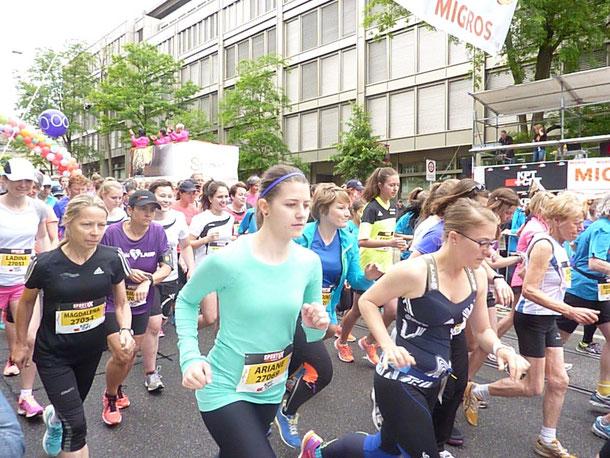 Starterbild; Elfriede Hodapp auf diesem Bild vorn rechts in weißem Trikot.