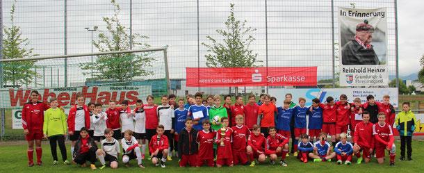 Erstmals wurde in beim FV Gamshurst in der heimischen Kasto Arena der erste D-Jugend Sparkassen Ortenau Cup ausgespielt, hier die teilnehmenden Mannschaften mit der siegreichen Mannschaft des SV Vimbuch mit dem Siegerpokal.