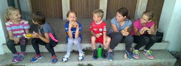 Die hungrige Meute beim Sportabzeichen-Mittagsgrillen