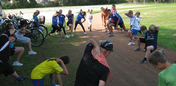 Sportabzeichen2011:  Aufwärmübungen mit Bernhard Kast