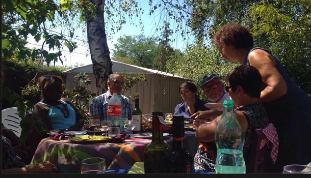 Quelques convives partagent le repas chez Vidiane