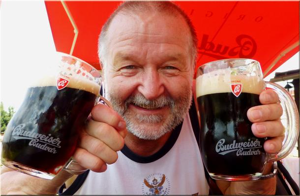 Bei Sonnenschein, mit zwei Budweiser dunkel in den Händen, vor der Penzion na Vyhlidce, ein Labsal!!