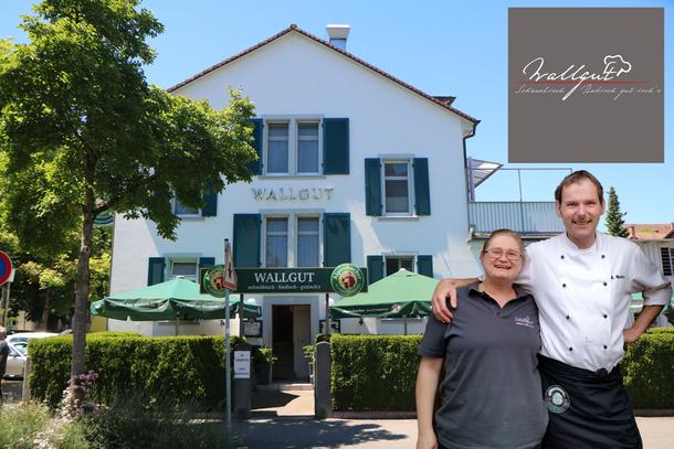"""Markus und Sylvia Hensler vor ihrem Gasthaus Wallgut, wir bekamen Tschechen Limo """"Pilsner Urquell"""" serviert"""