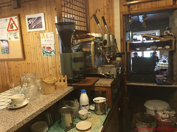 Veniamo attratti dalla macchina del caffè alimentata a gas........ C'è sempre da imparare