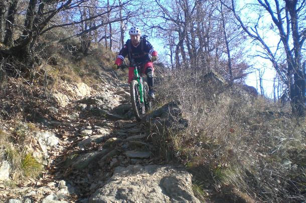 Gigi non si cura della pericolosità della pietraia, sarà la magia dei pedali Flat ?