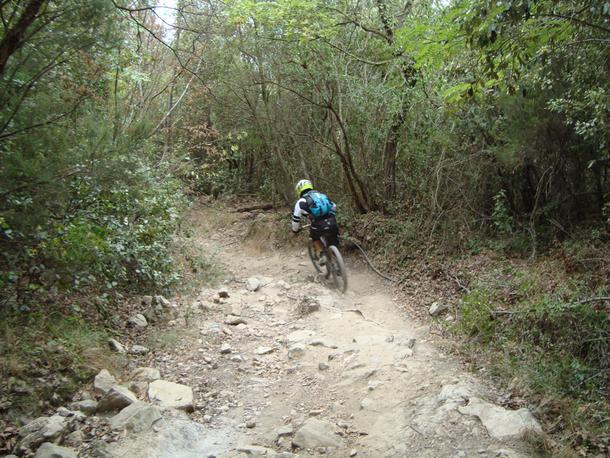 riacquistiamo quota per scendere in direzione Finale Ligure tramite il sentiero BRIGA NUOVA