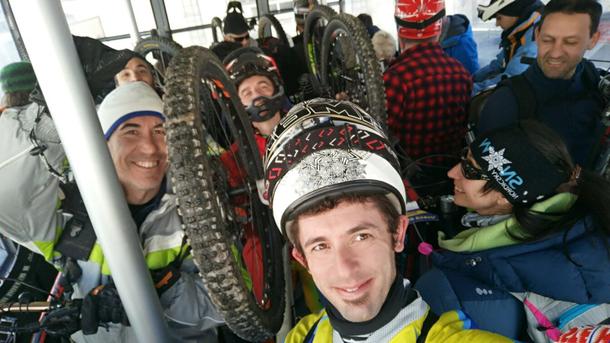 condividiamo la funivia con sciatori con sguardo assai stranito per la nostra presenza