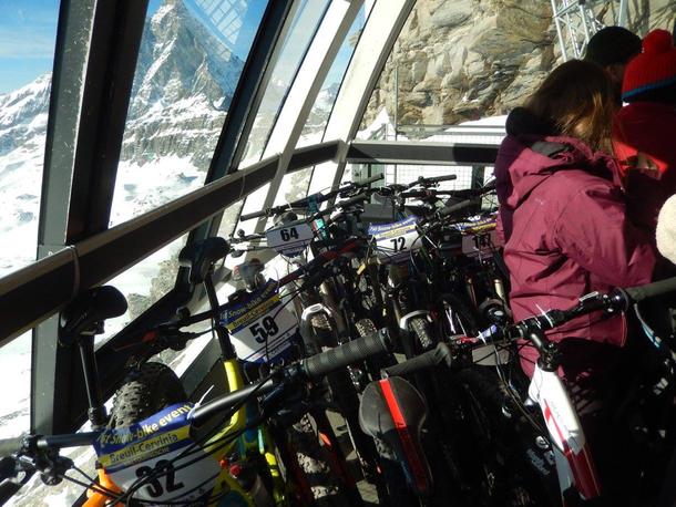Non possiamo mancare alla prima edizione di Snow bike è così saliamo gratuitamente con la funivia fino a quota 3500