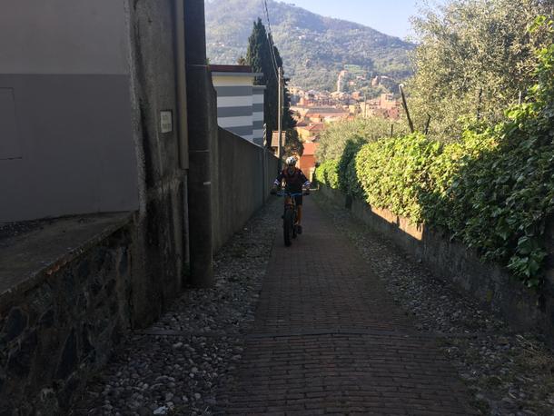 La partenza è inizialmente aggressiva, si sale subito su scalinata costeggiando il cimitero di Levanto