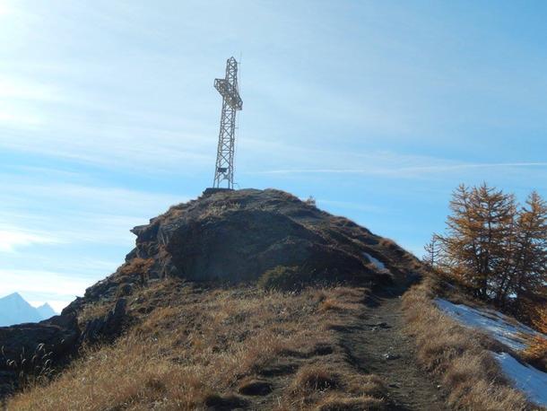 Una croce di ferro immensa domina la valle centrale