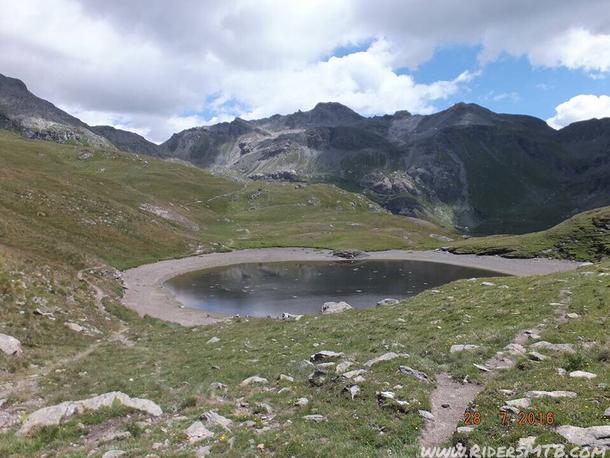 Il laghetto anonimo anticipa l'ultima breve ascesa verso il colle Des Fontaines