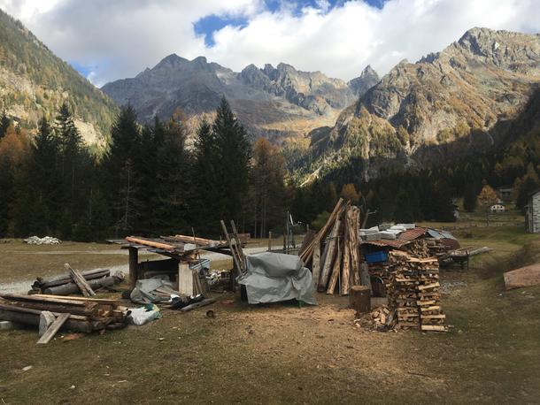 Dopo tre km di pendenze  assassine e terreno non favorevole arriviamo al rifugio Bresciadega sotto un forte vento contrario ...... siamo al confine con le Alpi Svizzere