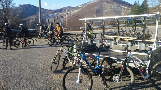 Ivano ci riporta in zona Melogno, ..... qui è scontato trovare bikers di tutti i colori, generi e lingue