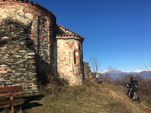 La discesa delle LAME ha inizio proprio dietro la chiesa Romanica, qust'ultima è stata costruita precedentemente all'anno mille!!