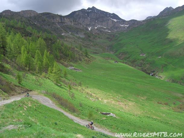 Il monte che abbraccia la valle è il TIBERT