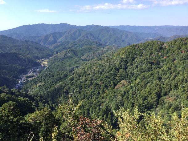 鳳来寺山麓頂駐車場(画像左)からのルートは1400段越えの階段があります。