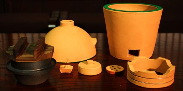 小田式ミニ蒸しかまどの部品をバラバラに分解して並べた写真