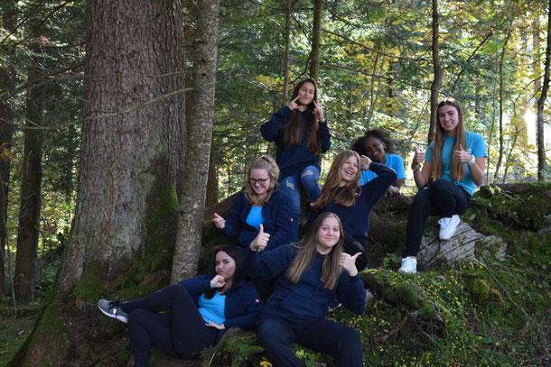 Gruppenfoto, 3. & 4. Klasse, zwei Leiterinnen, drei Mädchen, Zweitjüngsten