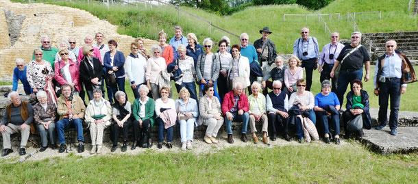 Gruppenfoto vor der römischen Siedlung im Aventikum südlich von Murten  Bild: GHV