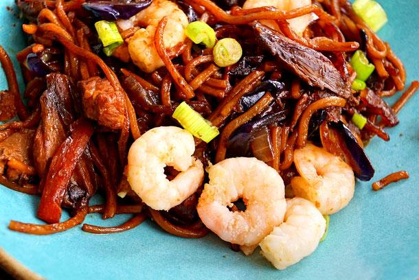 Pancit Canton Bratnudeln von den Philippinen mit Garnelen, Schweinefleisch und Gemüse