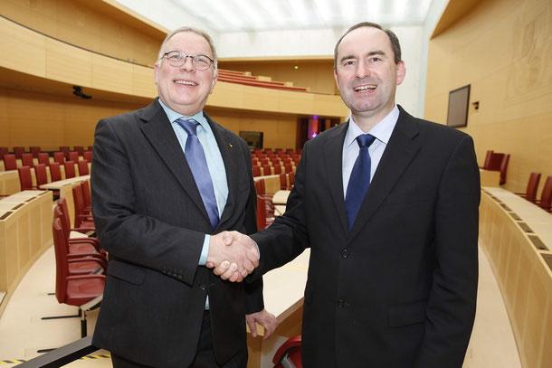 FW-Chef Hubert Aiwanger (rechts) dankt dem BFB-Vorsitzenden anlässlich des Neujahrsempfangs im Bayerischen Landtag für sein 30-jähriges kommunalpolitisches Engagement