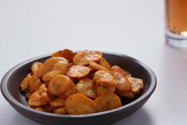 サクサクと歯もろい食感のうに豆は自然なソラマメの甘味とほのかな塩気と磯の香りで、お年を召した方やお子様にも人気を頂いております