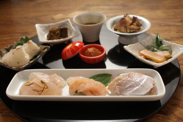 日本三大珍味を始めとしたお酒の肴だけを集めた御節膳、酒肴御節九品膳、は年末年始に2,3人でお酒を飲む際に重宝する詰合せです