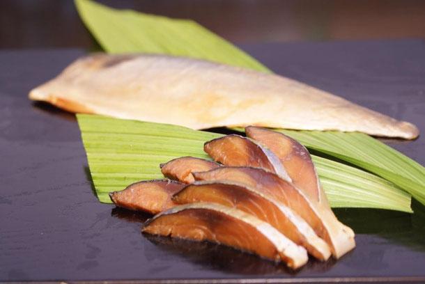 天たつの_へしこ酒あらい_は一年間糠につけて熟成発酵させたへしこ鯖を福井の地酒粕につけてマイルドに仕上げた、天たつオリジナルの生で食べられるお刺身へしこです
