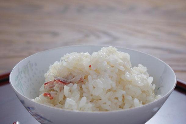 セイコガニの焼いた甲羅で2合のお米を炊きながらおダシをとる天たつのかに飯の素はたっぷりのずわいがにの剥き身とタマゴ、カニ味噌を具材とした本格的な炊き込みカニご飯の素です