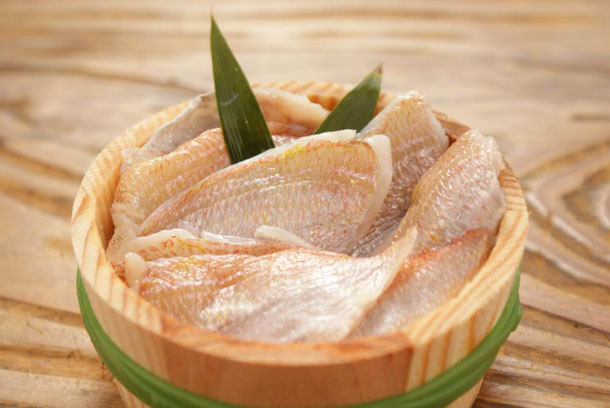 天たつオリジナルの小鯛ささ漬は、昆布でダシをとったお米で造った甘酢に小鯛のお刺身をサッとつけて作る美味しいお刺身。福井の名産です。