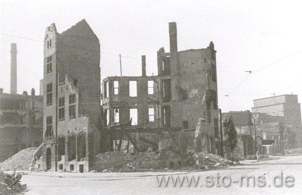 Das Hansa-Haus nach der Zerstörung, rechts ist die Kiesekamp-Mühle zu erkennen.