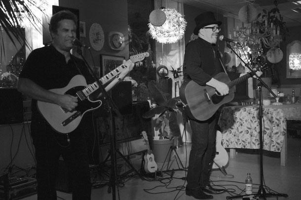 """Relaxter Roots-Sound: Pink Pedrazzi (rechts im Bild) und Mike Bischof im """"Café Moccafloor""""."""