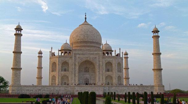 """Das Taj Mahal wird passender Weise auch ein """"Traum in Marmor"""" genannt. Es ist und bleibt ein auserlesenes Bauwerk von lyrischer Schönheit, dass mit keinem anderen Bauwerk auf der Welt gleichgestellt werden kann. Kaiser Shah Jahan lies es 1631 erbauen."""