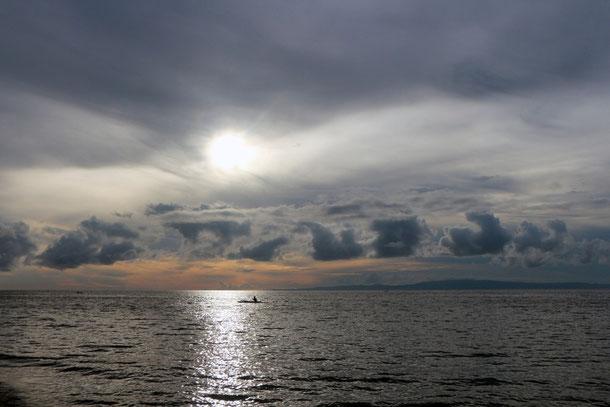 Sunrise - Blick von Dauin (Negros Oriental) auf die Bohol See, im Hintergrund die Insel Siquijor