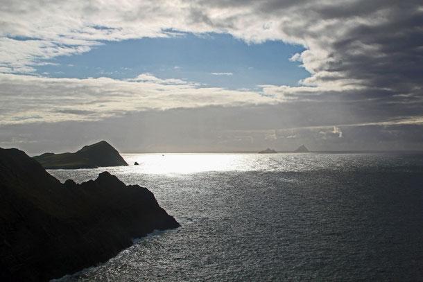 Die Skellig Islands (im Hintergrund) mit Skellig Michael (rechts) von Valentia Island (Co. Kerry) aus gesehen