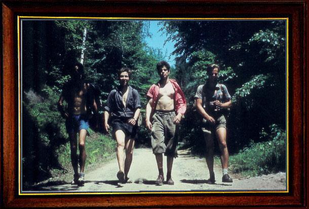 Klaus, Andreas, Bernd und Jürgen im Jahre 1963 auf dem Heimweg (Wurzelweg) in die Klubhütte nach erfolg-reicher Gipfeltour. Mein Bergfreund Steffen fotografierte diese Szene. Viel später wurde das Dia digitalisiert.