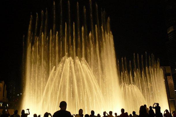 Die Dubai Fountains- die faszinierende Show aus Licht, Musik und Wasser, die das Gesicht von Dubai, speziell ab der Dämmerung prägt und die Massen begeistert.
