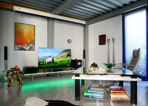 Heimkino: klangvolle Soundkulisse und großformatige Leinwand mit 4K-Projektor